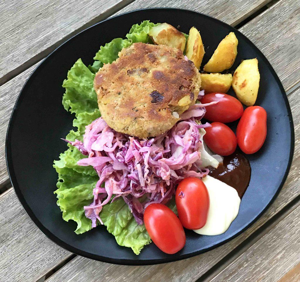 Jackfruit-burger-teller-wedges-kraut-salat